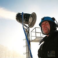 Efficient snowmaking fan guns